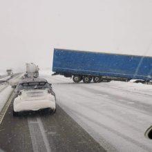 """Kelyje """"Via Baltica"""" į griovį nuvažiavo vilkikas: įspėja apie sudėtingas eismo sąlygas"""