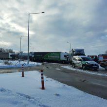 """Panevėžio aplinkkelyje – masinė avarija: sudaužyti trys vilkikai, sunkvežimis ir """"Audi"""""""