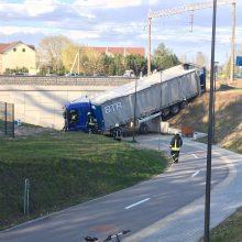 Kaune vilkikas nulėkė nuo skardžio: vairuotojas gaivinamas, sumaitotas ir kliudytas BMW (papildyta)