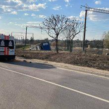 Kaune vilkikas nulėkė nuo skardžio: vairuotojas mirė, sumaitotas ir kliudytas BMW