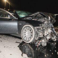 Girto BMW vairuotojo kelionė baigėsi po smūgio į akmeninę tvorą