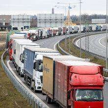 Sunkumai, su kuriais susiduria vairuotojai: neišmokėti atlyginimai, eilės pasienyje