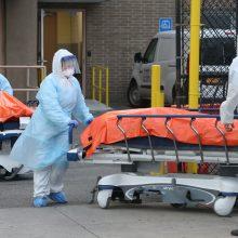 JAV situacija vis prastėja: per parą nuo koronaviruso mirė per 1200 žmonių