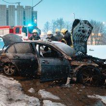 """Miesto centre liepsnose akimirksniu paskendo neseniai įsigytas """"Mercedes-Benz"""""""