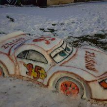 Žiemos grožis: Šilainiuose iš sniego sukurti ir sportiniai automobiliai, ir egzotiniai gyvūnai