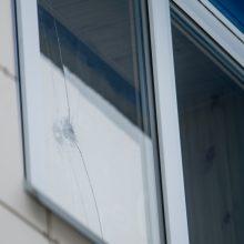 Nerami naktis pakaunėje: apšaudytas Raudondvario daugiabutis, kuriame įsikūręs grožio salonas