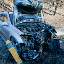 """Tunelio gatvėje """"Mercedes-Benz"""" rėžėsi į stulpą, šis virsdamas apgadino kitą automobilį"""