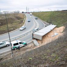 Per Amalių tunelį nepravažiuosite: traukiant apvirtusį vilkiką bus uždarytas eismas