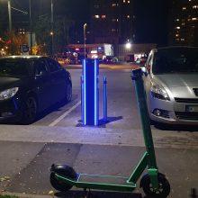 Elektromobilių vairuotojai niršta: dyzeliai ir benzininiai automobiliai užima įkrovimo vietas