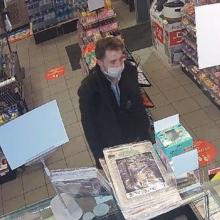 Kauno policija aiškinasi, kas iš degalinės pavogė peilį ir kirvį