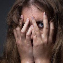 Pataisos namų pareigūno agresija prasiveržė namuose – smurtavo prieš moterį