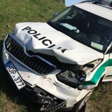 Dramatiškos gaudynės: nuo kelio nulėkė ir persekiotas, ir pačių pareigūnų automobilis
