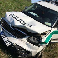 Per girto vairuotojo gaudynes nuo kelio nulėkė pareigūnų automobilis