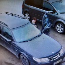 """Svetimą automobilį apgadinusi vairuotoja su """"SAAB"""" pabėgo iš įvykio vietos – jos ieško policija"""