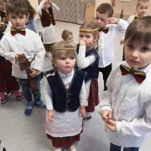 Šalies gimtadieniui darželinukus papuošė tautiniais drabužiais