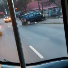 """Kaune girto vairuotojo """"Volkswagen"""" vertėsi griovyje, dar vienas rėžėsi į stulpą"""