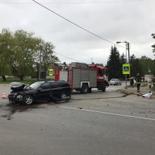 Po avarijos BMW skriejo į krūmus: kaltas šakomis užėjęs kelio ženklas?
