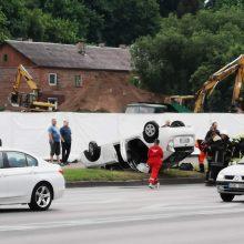 "Jonavos gatvėje ant stogo apvirto vyro vairuojama ""Toyota"""