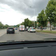 Skaudi avarija Jonavos gatvėje: į ligoninę išvežta nėščia moteris