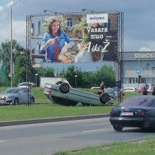 Per avariją Šilainiuose BMW apvirto ant stogo, vairuotojas ligoninėje