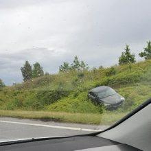 Magistralėje nuo kelio nulėkė BMW