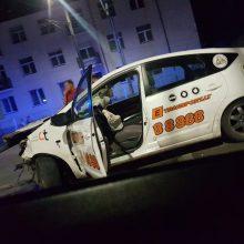 Naktinė avarija Kaune: sankryžoje neišsiteko BMW ir taksi automobilis