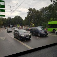 Eismą ant Parodos kalno paralyžiavo troleibuso ir krovininio automobilio avarija