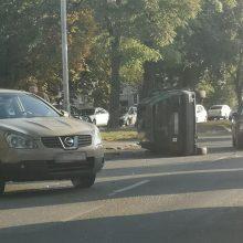 """Per avariją Neries krantinėje """"Volkswagen"""" nuvirto ant šono"""