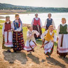 Tautinių kostiumų kūrėja: jie mus pakylėja ir skatina bendrystę