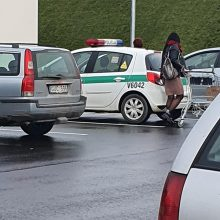 Suglumino: moterys civiliais drabužiais atvyko apsipirkti policijos automobiliu