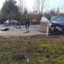 Ilgakiemyje – stipri avarija: automobiliai suknežinti, vairuotojai – medikų rankose