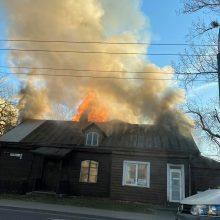 Dūmų debesys virš Savanorių prospekto: atvira liepsna dega namas (vaizdo įrašas)
