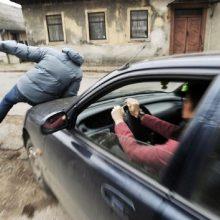 Kaunietė įspėja vairuotojus: vyras krenta automobiliams po ratais