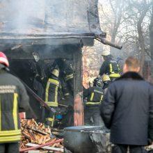Vilniaus rajone supleškėjo ūkinis pastatas: įtariamas padegimas