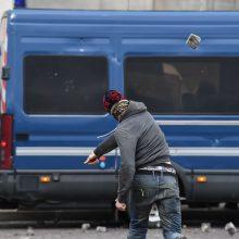 """Per naujus """"geltonųjų liemenių"""" protestus kilo susirėmimų su policija"""