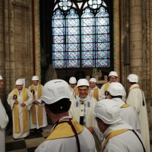 Gaisro nuniokotoje Paryžiaus katedroje paaukotos pirmosios po gaisro mišios