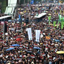 Verdant visuomenės pykčiui, dešimtys tūkstančių žmonių užplūdo Honkongo gatves