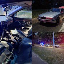 Nakties gaudynės: aštuonių policijos ekipažų persekiotas girtas BMW vairuotojas trauktas laukan jėga