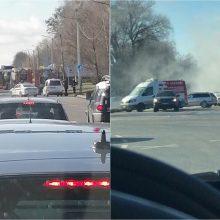 Aleksote užsidegė automobilis: vairuotoja spėjo iššokti
