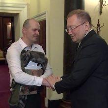 """Apnuodijimą """"Novičiok"""" išgyvenęs britas Londone susitiko su Rusijos ambasadoriumi"""