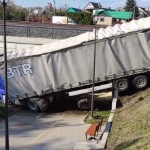 Kaune vilkikas nulėkė nuo skardžio: vairuotojas gaivinamas, sumaitotas ir kliudytas BMW