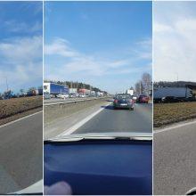 Prie išvažiavimų iš Kauno – didžiulės spūstys, prie Rokų – penkių automobilių avarija