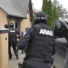 Smūgis Kauno narkomafijai: name – ginklai ir pusė milijono eurų, vilkike – narkotikai