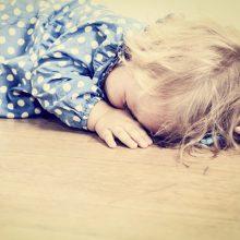 Bute užrakintas vaikas rastas sušalęs, ištroškęs ir išalkęs: pradėtas tyrimas
