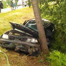 """Jaunam """"Volvo"""" vairuotojui koją pakišo šlapia kelio danga: rėžėsi į medį"""
