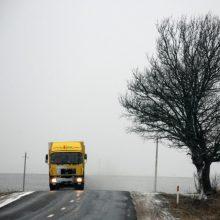 Vairuokite atsargiai: vakariniuose rajonuose yra slidžių ruožų