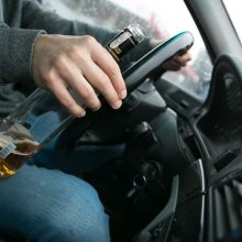 Girtas šiaulietis sukėlė avariją: atsitrenkė į stovinčią beteisio vairuotojo mašiną