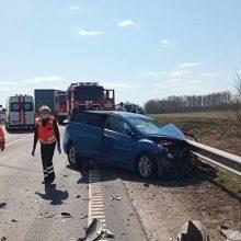 Ties Kėdainių aplinkkeliu – vilkiko ir lengvojo automobilio avarija: teko vaduoti prispaustą žmogų