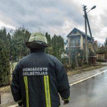 Ukmergės rajone dega gyvenamasis namas, sunkiai nukentėjo vyras