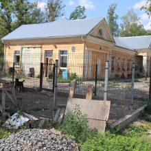 """Gyvūnų globos įstaiga """"Penkta koja"""" įsikūrusi Linksmakalnyje, viename iš buvusio sovietų karinio miestelio pastatų."""